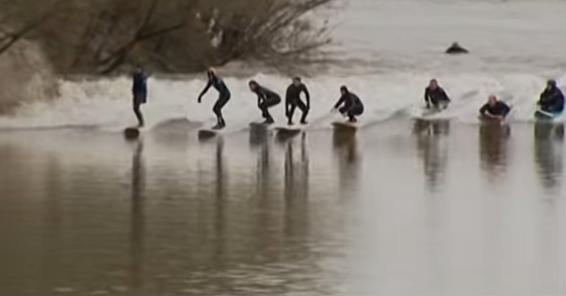是真的在河上也可以衝浪