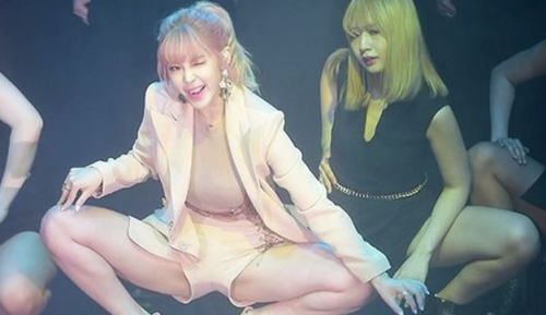 拉筋不能輸 韓女星深蹲拚柔軟超越M字腿